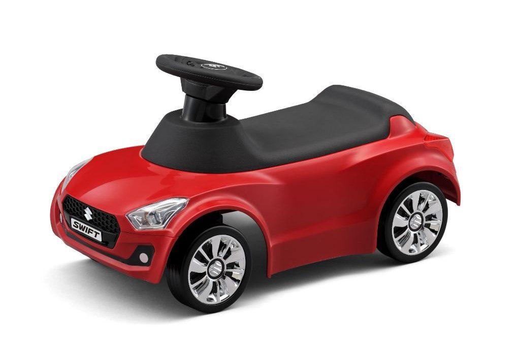 スイフトのデザイナーが完全監修を行った、スズキ純正キッズカー。実車を踏襲したボディ、同じ造形のアルミホール。  おとうさん、おかあさんと同じ車に乗りたい!お子様の声にお応えしたキッズカーです。